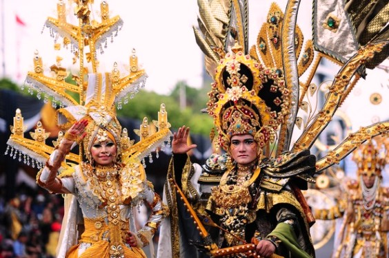 jember-fashion-carnival-best-costume-gold-color
